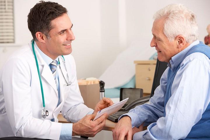 пожилой-мужчина-у-врача