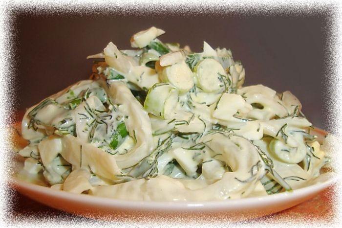На фото салат с кальмаром и яйцом
