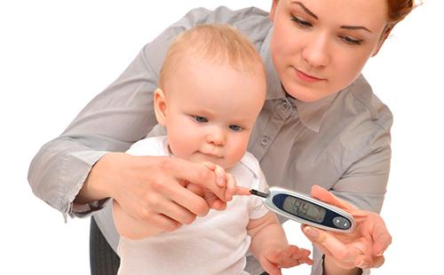 Малышу проверяют уровень сахара в крови