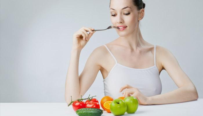 Девушка выбирает правильное питание при сахарном диабете 2 типа
