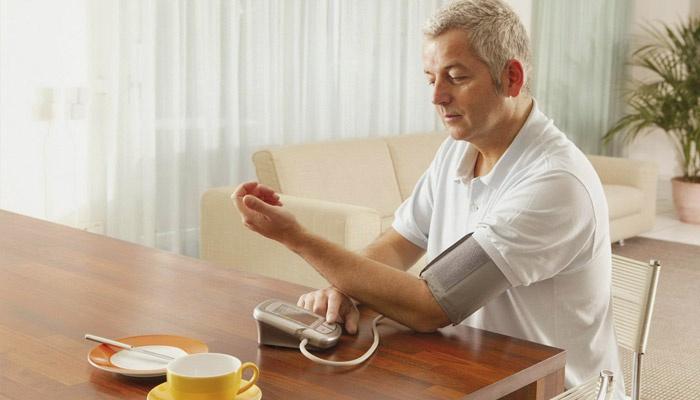 Мужчина измеряет давление и пульс