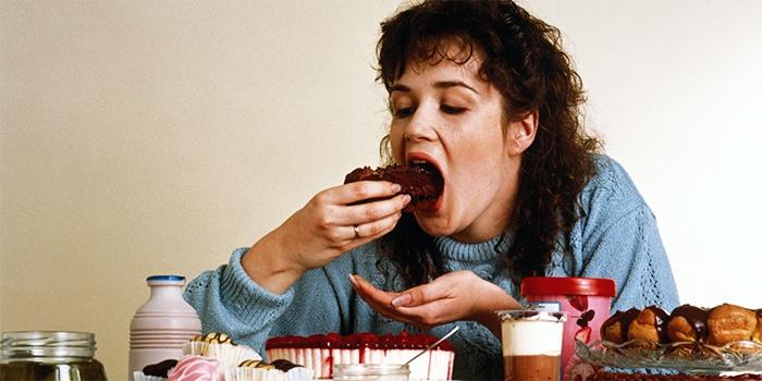 Женщина кушает сладости