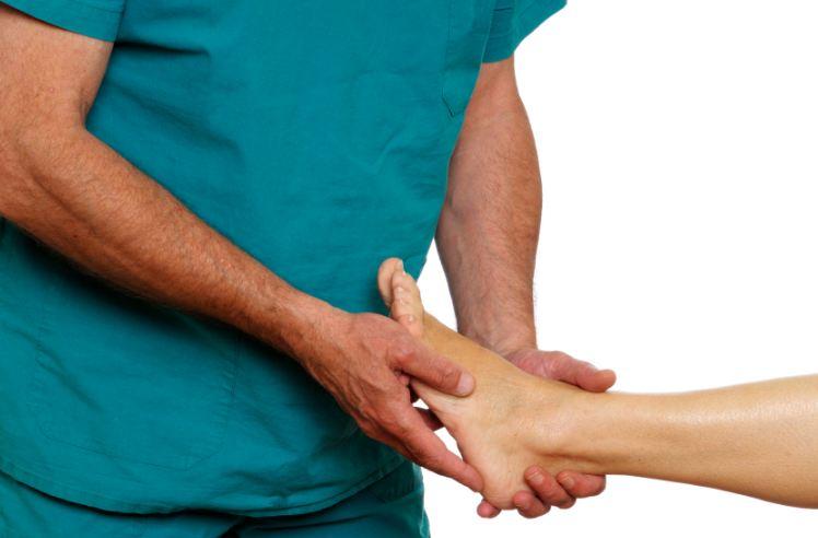 врач осматривает ноги